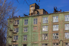 Budynek mieszkaniowy w zieleni Zdjęcie Royalty Free