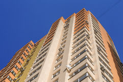 Budynek mieszkaniowy z conditioners przeciw niebieskiemu niebu fotografia royalty free