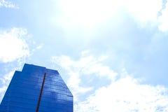Budynek odbija z niebieskim niebem Zdjęcia Stock