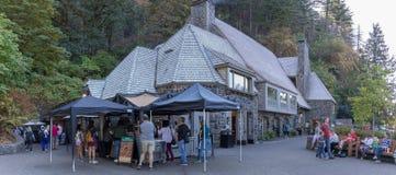 Budynek prezenty i przekąska sklep przy Multnomah spadkami, Portland, LUB fotografia royalty free
