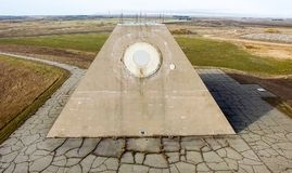 Budynek radiowy radar w postaci ostrosłupa na militarnej bazie Pociska miejsca radaru ostrosłup w Nekoma północy Zdjęcie Royalty Free
