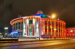Budynek Rosyjski cyrk przy nocą z barwioną DOWODZONĄ oświetleniową fasadą Rosja, Tula, Sovetskaya ulica Zdjęcie Royalty Free