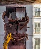 Budynek rozbiórka z hydraulicznym ekskawatorem Zdjęcie Royalty Free