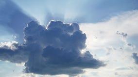 Budynek wielka biel chmura w niebieskim niebie słońce promienie błyszczy przez chmury zbiory wideo