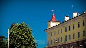 budynek z iglicą na czerwonym dachu Obrazy Royalty Free