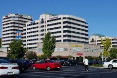 budynków centrum handlowego wśrodu biurowy pasek Obrazy Stock