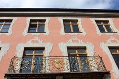 Budynków fasadowi okno ornamentujący z frescoes i balkonem Zdjęcie Stock
