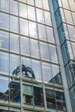 Budynków odbicia na słonecznym dniu Obrazy Royalty Free