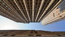 budynki, architektura i niebieskie niebo w Manhattan w nowym York, nowożytna i stara obrazy royalty free