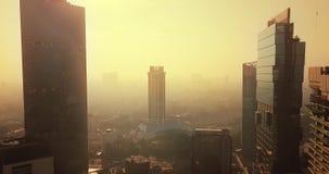 Budynki biurowi przy Kuningan CBD na mgłowym półmroku zbiory wideo