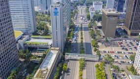 Budynki biurowi z hektycznym ruchem drogowym w Dżakarta zdjęcie stock