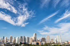 Budynki, drapacze chmur, hotele i miastowi domy na chmurnym niebieskim niebie, Fotografia Stock