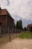 Budynki i drut kolczasty fechtują się w Nazistowskim koncentracyjnym obozie mnie Zdjęcie Royalty Free