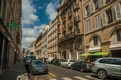 Budynki i ludzie chodzi w dół ulicę w słonecznym dniu przy Paryż zdjęcie royalty free