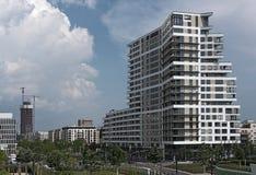 Budynki i park w nowym okręgu Frankfurt magistrala, Europaviertel, Germany - Am - zdjęcie stock