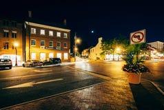 Budynki i ruch drogowy w śródmieściu przy nocą, w Annapolis, Maryla Zdjęcie Stock