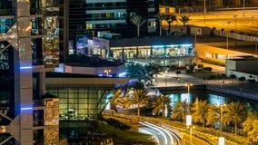 Budynki Jumeirah jeziora Górują z ruchem drogowym na drogowym nocy timelapse zbiory wideo