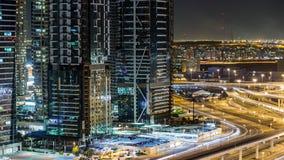 Budynki Jumeirah jeziora Górują z ruchem drogowym na drogowym nocy timelapse zdjęcie wideo