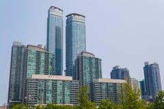 budynki mieszkalne z okręg miejskie zdjęcie stock