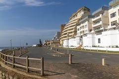 Budynki Mieszkalni i niebieskie niebo na plaża przodu drodze Obraz Stock