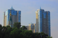 Budynki mieszkalni i Ortodoksalny kościół Obraz Royalty Free