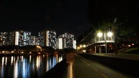 Budynki mieszkalni i rowerowy pas ruchu w wieczór Zdjęcie Stock