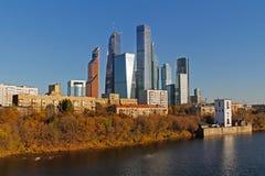 Budynki mieszkalni w tle Międzynarodowy centrum biznesu ` Moskwa miasta ` w jesieni w Moskwa Obrazy Royalty Free