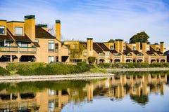 Budynki mieszkaniowi na linii brzegowej Belmont kanał, Redwood brzeg, Kalifornia fotografia royalty free