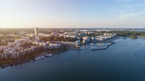 Budynki mieszkaniowi w Vuosaari okręgu Helsinki przy zmierzchem, Finlandia Piękna lato panorama obraz stock