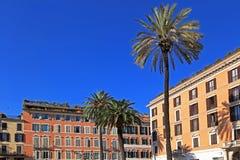 Budynki mieszkaniowy z drzewkami palmowymi Zdjęcia Stock