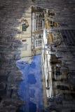 Budynki odbijali w kałuży w ulicie, Andalusia obrazy royalty free