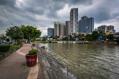 Budynki w Mandaluyong i Pasig rzece w Makati, metro M Obrazy Stock
