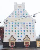 Budynki w Ryskim Starym miasteczku z osłona emblematami Obraz Stock