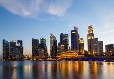 Budynki w Singapur mieście w nocy sceny tle Obrazy Stock