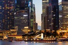 Budynki w Singapur mieście w nocy sceny tle Obraz Stock