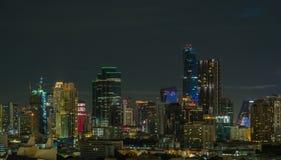 Budynki w w centrum mieście przy nocą Zdjęcia Stock