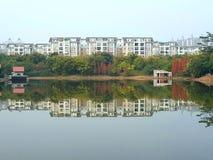 Budynki wzdłuż jeziora i ich odbicia tworzą pasek obraz royalty free