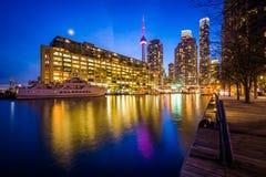Budynki wzdłuż Jeziornego Ontario przy nocą, przy Harbourfront wewnątrz Zdjęcia Royalty Free