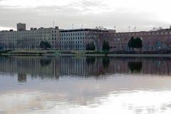 Budynki wzdłuż uroczystej rzeki Obraz Stock