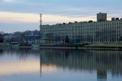 Budynki wzdłuż uroczystej rzeki Zdjęcie Royalty Free
