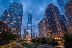 Budynki wzd?u? Zachodniej ulicy przy noc? i world trade center, w lower manhattan, Miasto Nowy Jork obraz stock