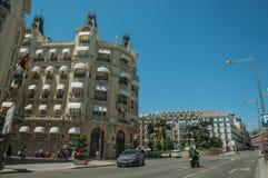 Budynki z sklepami z ludźmi i samochodami w Madryt obraz stock