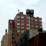 Budynki z trzy zbiornikiem wodnym górują fotografia royalty free