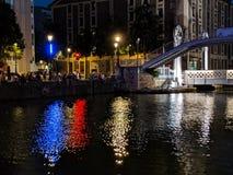 Budynki zaświecają odbicie w kanałach Paryż w Francja zdjęcia stock