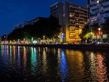 Budynki zaświecają odbicie w kanałach Paryż w Francja obrazy royalty free