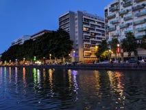 Budynki zaświecają odbicie w kanałach Paryż w Francja obrazy stock
