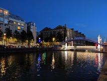 Budynki zaświecają odbicie w kanałach Paryż w Francja zdjęcie royalty free