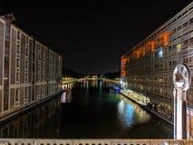 Budynki zaświecają odbicie w kanałach Paryż w Francja obraz stock