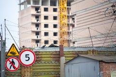 Budynku żuraw przy tłem kondygnaci budować w budowie Zdjęcia Stock
