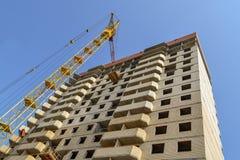 Budynku żuraw przy tłem kondygnaci budować w budowie Obraz Stock